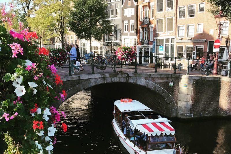 Salonboot Delphine op de gracht in Amsterdam